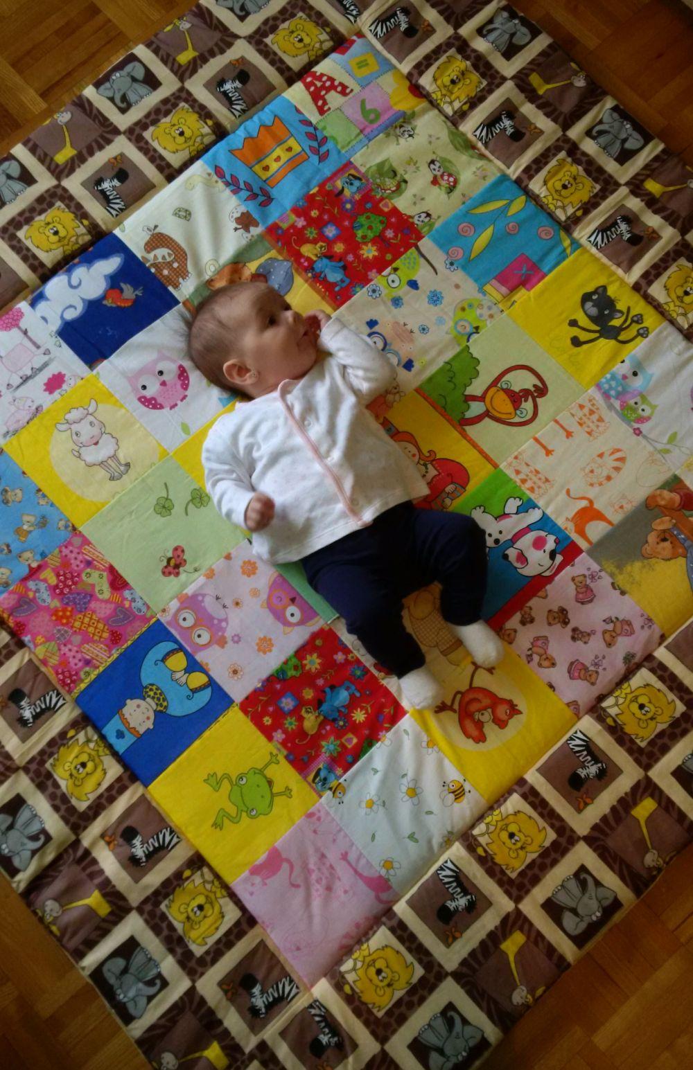 130x130 cm-s játszószőnyeg, édes kis tulajdonosával. :-)