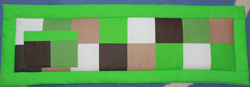 Zöld-barna kockás, nagyfiús falvédő 1 zsebbel.