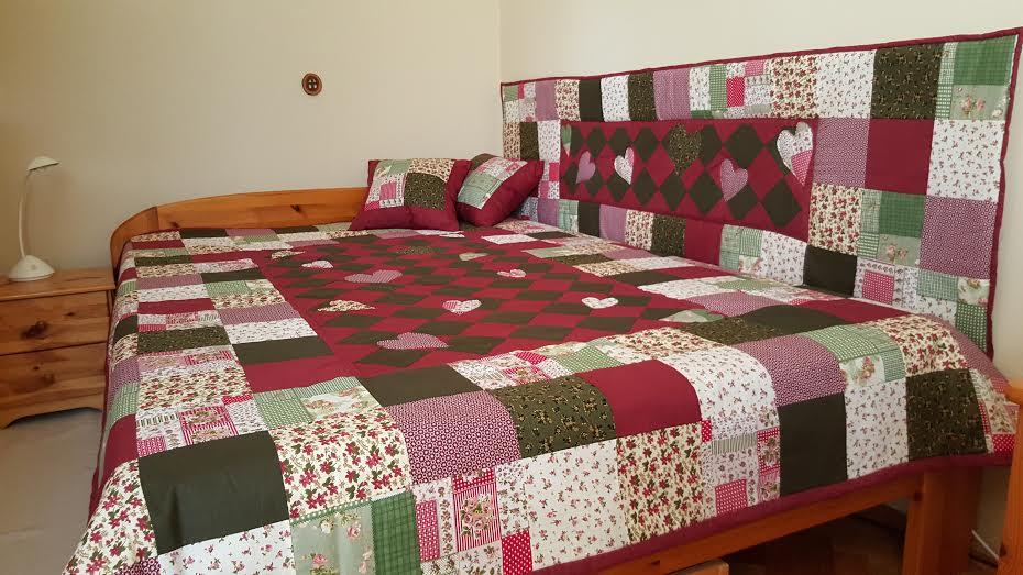 Bordó-zöld szett hálószobába. Ágytakaró, falvédő és díszpárnák.